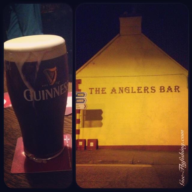 """... """"The Anglers Bar"""", das Fliegenfischen begegnet einem in Foxford an jeder Ecke. Übrigens genauso wie ein frisch gezapftes Guinness."""