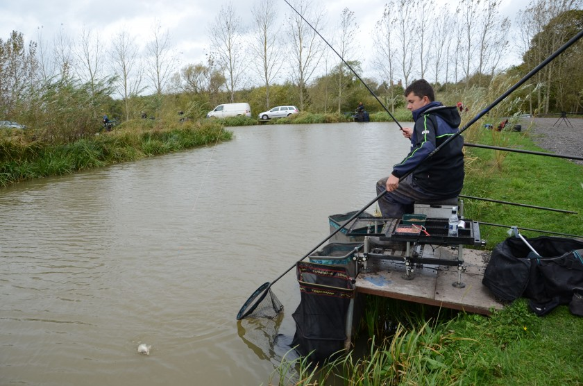 Polefishing-Redakteur Tom Scholey in Aktion mit der Browning Silicium 120.