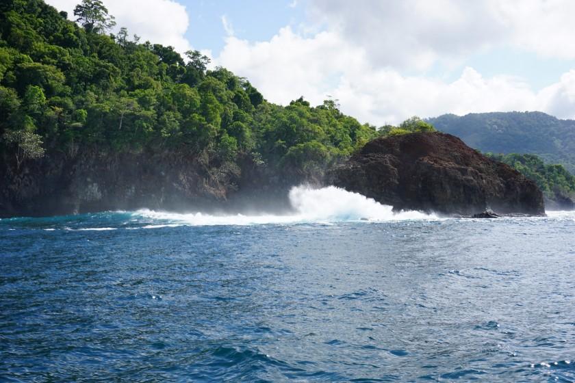 Das Ziel ist den Köder möglichst nah an den Steilwänden und Felsen zu bringen. Dabei muss man immer achtsam sein. Die Brandung war zu dieser Zeit recht stark und im Kayak in eine brechende Welle zu geraten ist nicht empfehlenswert.